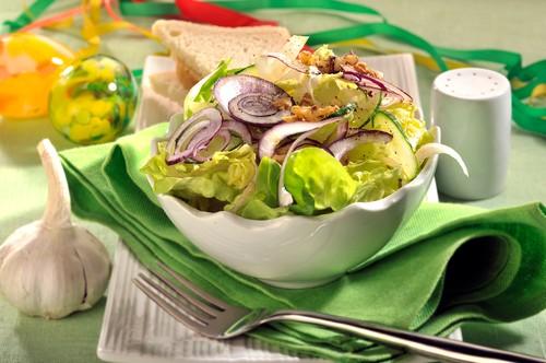 listovy-salat-s-okurkoucekankou-a-cibuli.jpg