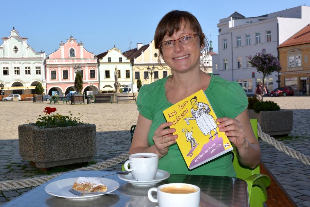 foto Kateřina Karásková_s knížkou