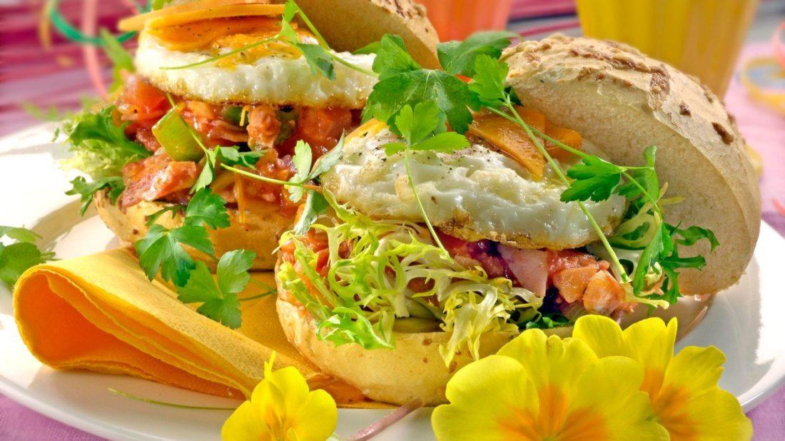 hamburgery-s-vejci-sunkou-a-zeleninou-1100x618.jpg
