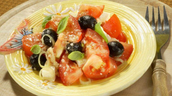 salat-z-rajcat-se-syrem-a-olivami-728x409.jpg