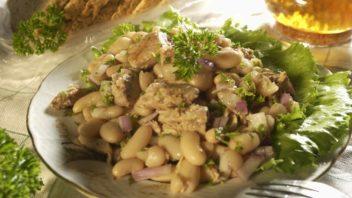 salat-z-tunaka-fazoli-a-cibule-352x198.jpg