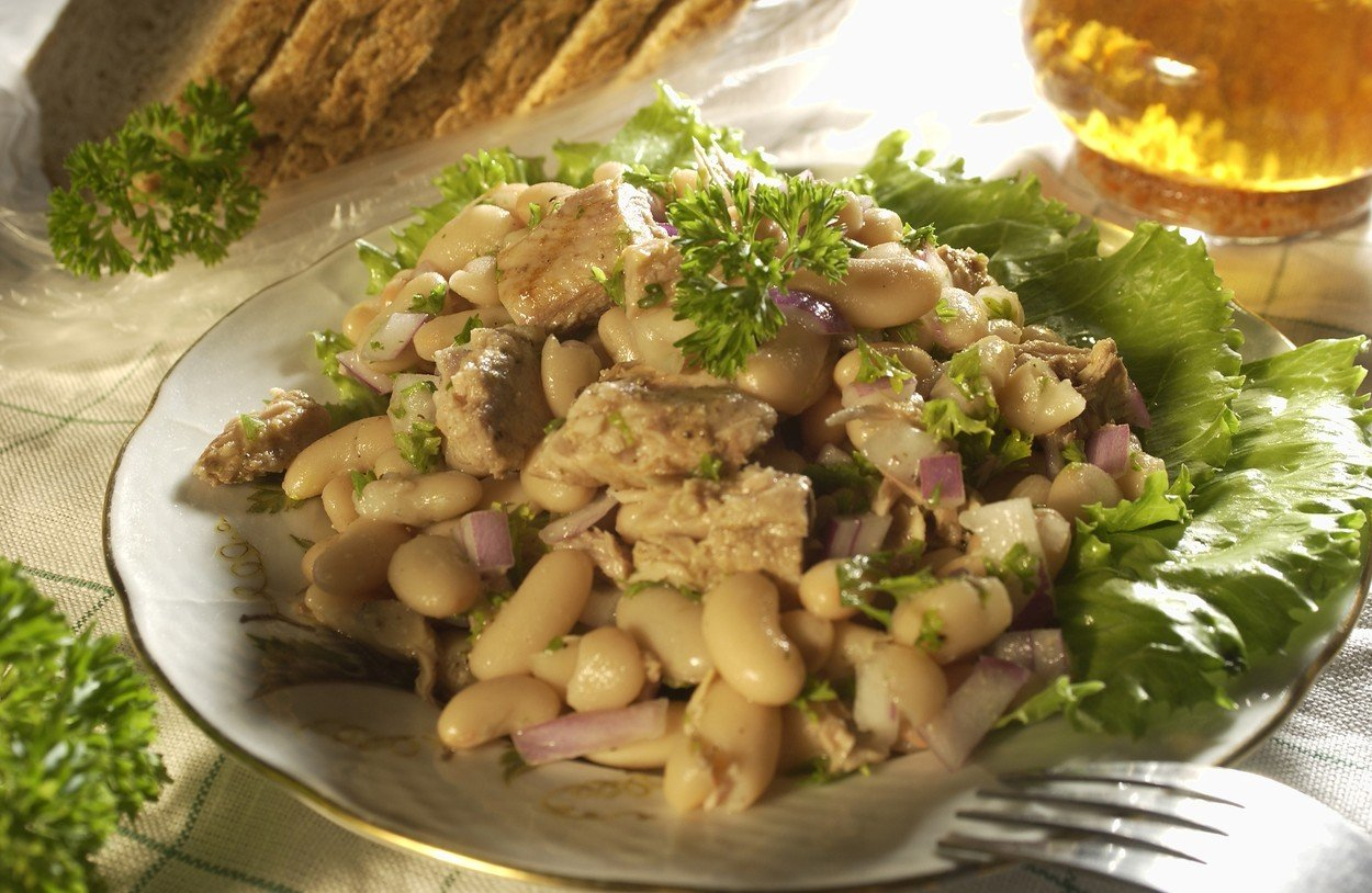 Tuna Salad with Beans and Red Onion