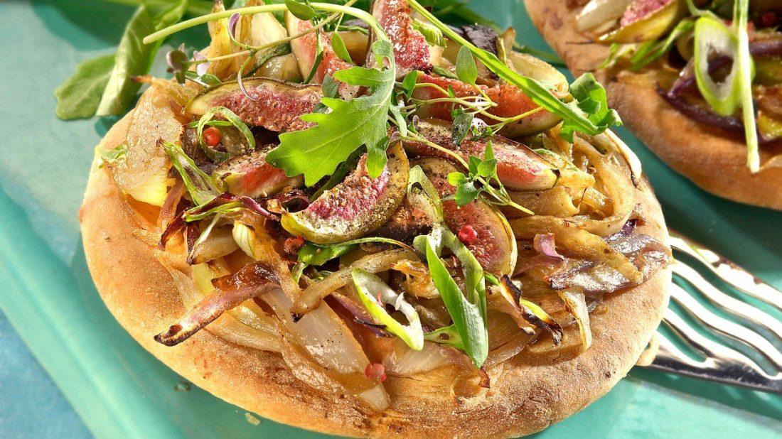 pizza-s-fiky-a-cibuli-1100x618.jpg