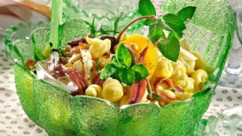 testovinovy-salat-se-sardelkami-352x198.jpg