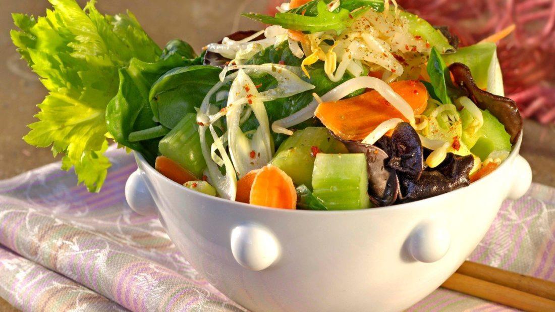 salat-se-sojovymi-klicky-1100x618.jpg