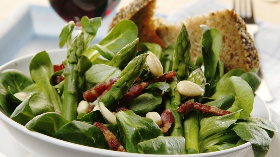 chrestovy-salat-s-mandlemi-1100x618.jpg
