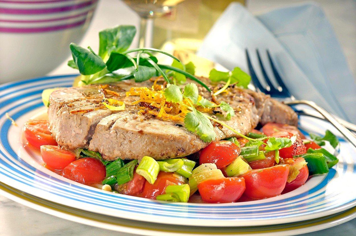 Tuna with Coriander and Tomatoes