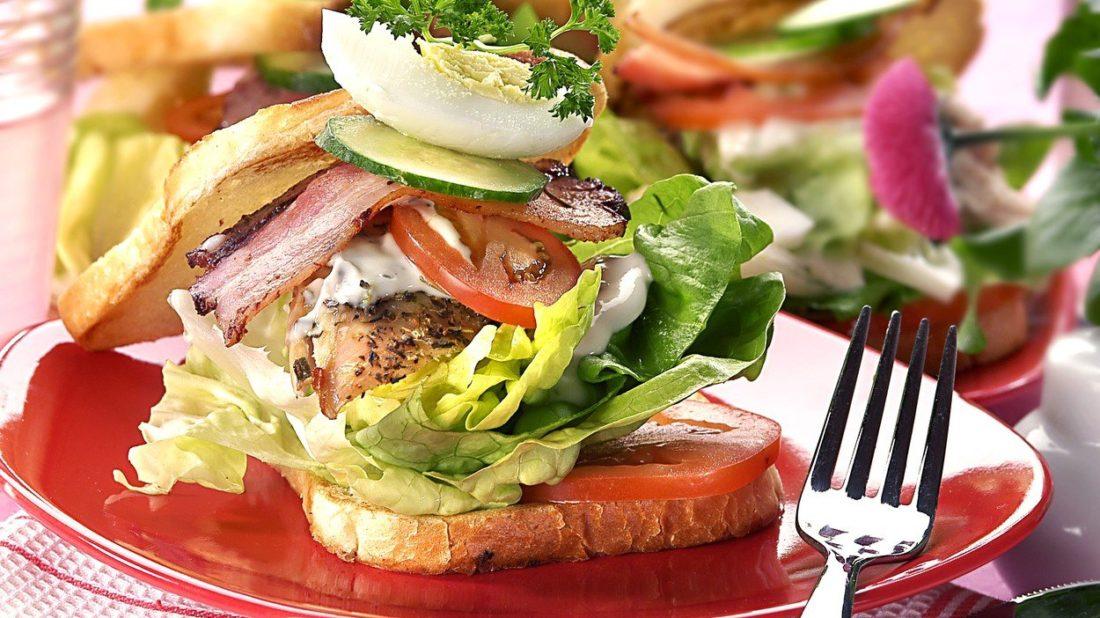 sendvic-s-kurecim-masem-vejci-a-rajcatky-1100x618.jpg