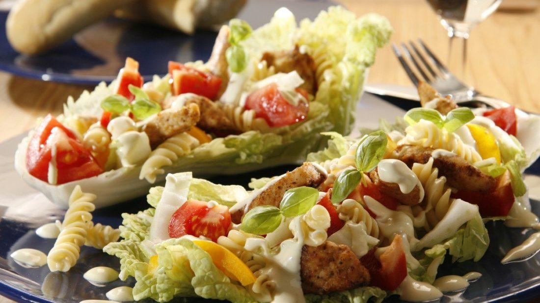 kureci-salat-s-testovinami-1100x618.jpg