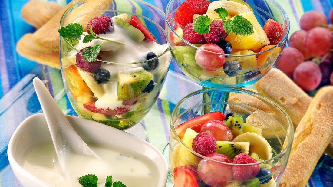 ovocny-salat-s-jogurtem-1100x618.jpg
