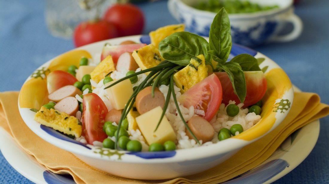ryzovy-salat-s-omeletou-a-parkem-1100x618.jpg