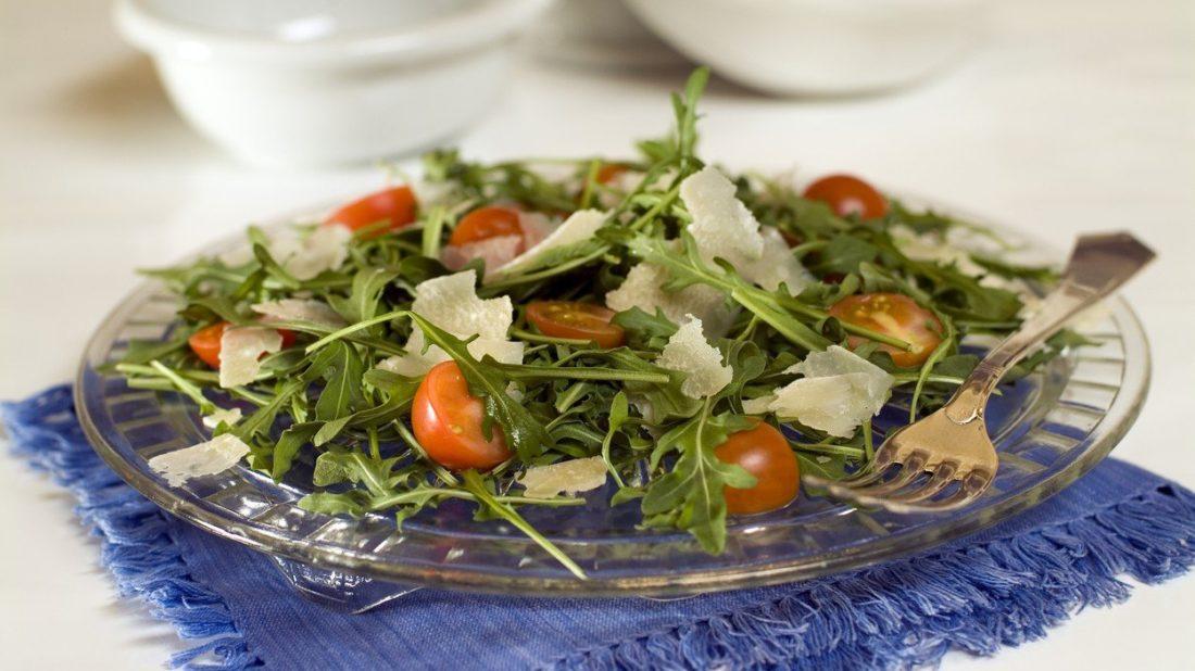 salat-s-roketou-a-rajcaty-1100x618.jpg
