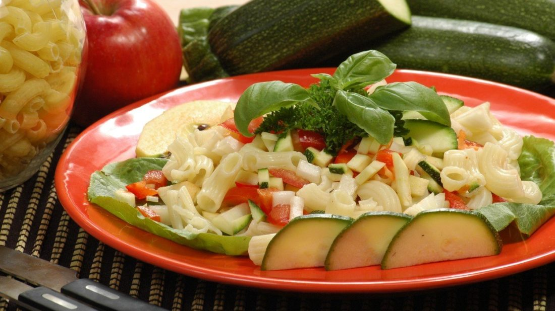 testovinovy-salat-s-jablky-1100x618.jpg