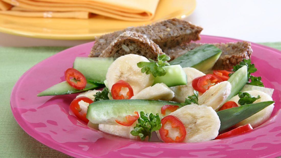 bananovy-pikantni-salat-1100x618.jpg