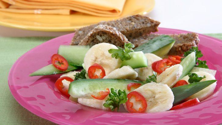 bananovy-pikantni-salat-728x409.jpg