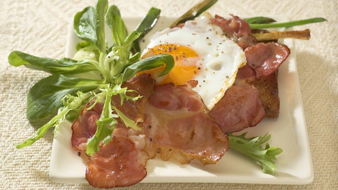 toasty-se-slaninou-a-vejcem-1100x618.jpg