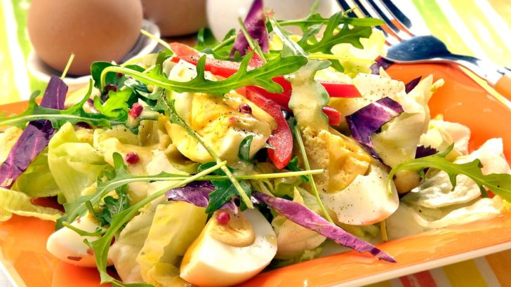 vajickovy-salat-s-roketou-728x409.jpg